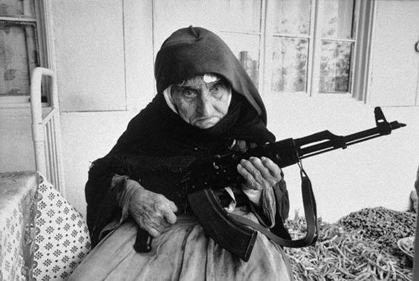 Anziana con fucile
